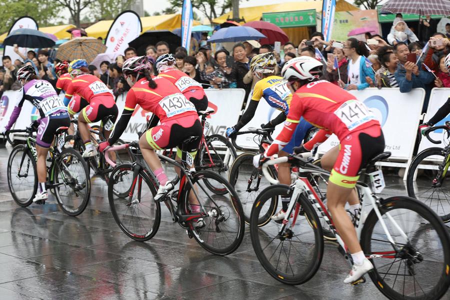 环崇明岛女子公路赛第三日雨中开赛