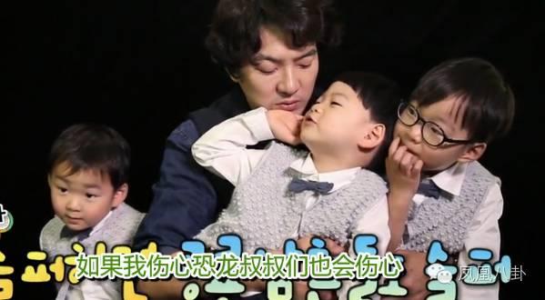 雖然三個人性格迥異,但團結友愛的大韓民國萬歲還是當仁不讓地成為了國民天團~自從有了三胞胎的加盟,《超人回來了》的收視率就從個位數升級到雙位數,甚至一度達到了超30%的好成績!    有專家説,就是有了三胞胎的存在,《超人回來了》才一舉打敗《爸爸去哪兒》,成為了親子節目冠軍!   從觀眾到編導,大家都説這三個小精靈是上天賜予我們的禮物。    2年的時間過去   當這三個小寶貝退出節目的時候   爸爸問三胞胎   這是我們最後一期錄制啦   你們傷心嗎?   萬歲回答:不傷心。   爸爸:為什麼不傷