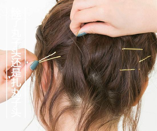 step  :刘海头发侧分然后取大部分扭转往侧边用发卡固定住.
