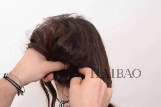 长发变短发教程   step 1:将头发一分为二,扎成两个低马尾,然后用图片