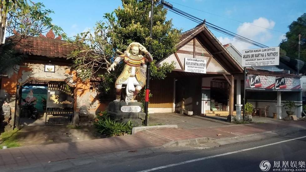 巴厘岛街边风景,处处可见神话雕像,充满宗教色彩.