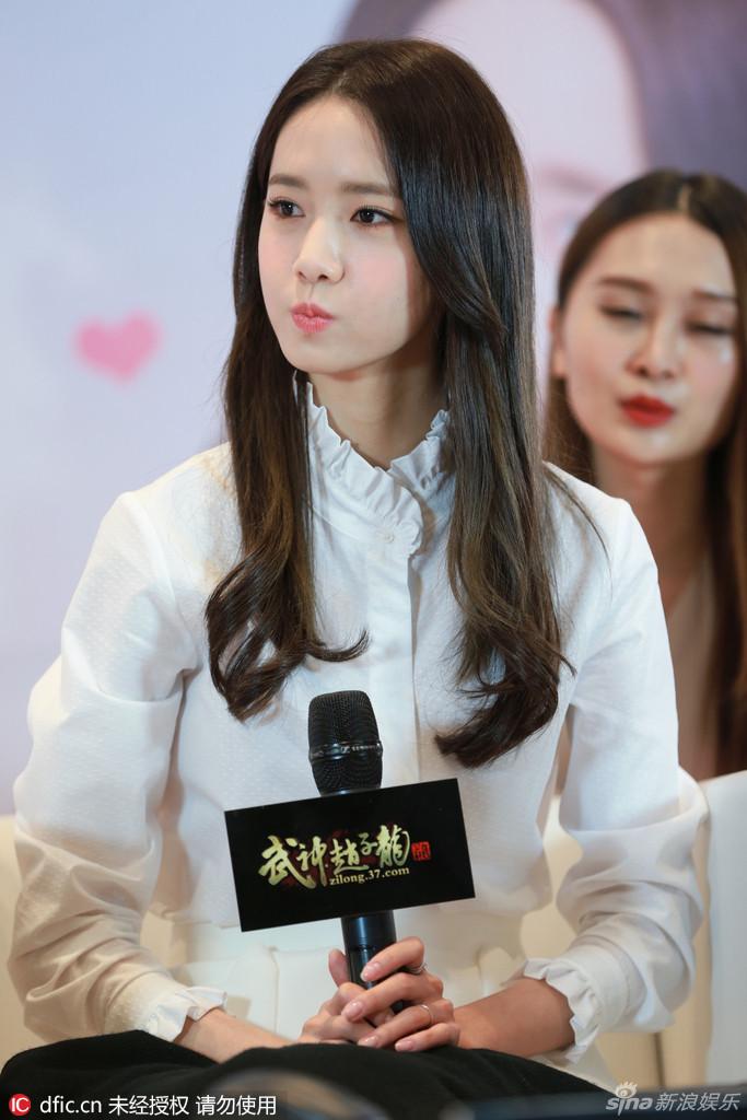 林允儿在上海某活动,全程表情多变