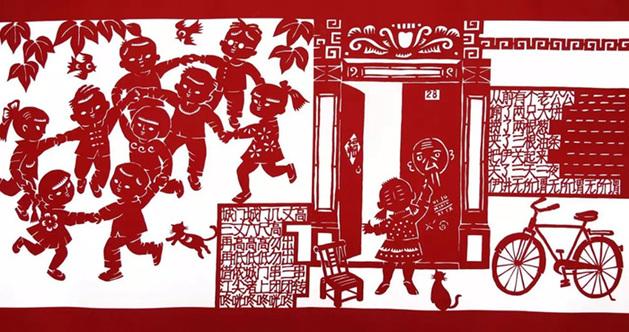 笃笃笃,卖糖粥,三斤核桃四斤壳这样的老上海童谣你还记得吗?8月6日在上海电影博物馆,剪纸艺术家李守白和滑稽王小毛葛明铭为市民们带来一场上海童谣趣味讲座活动,李守白巨幅海派剪纸《上海童谣》同时亮相。    小八腊子开会了还有后一句   上海童谣是上个世纪九十年代,生活在石库门弄堂中上海人儿时有感而发的流行曲。其中蕴含了上海人对儿时生活的眷恋和追忆,从侬姓啥,唔姓王,到炒了黄豆翻跟头,从赖学精,白相精,到侬要啥,唔要好。童谣不仅是几代上海人儿时的学堂,也是所有在石库门的嬉闹中