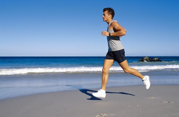 跑步會讓腿變粗嗎?跑步會傷害骨骼嗎?這是許多初跑 者內心無比糾結的問題。   盡管運動有益身心健康,但是在鍛煉方法不正確和不科學的情況下,確實可能會對身體造成損害。   最近有研究表明,相比自行車和遊泳,跑步對骨骼健康有更好的改善作用,尤其對預防女性骨質疏松有好處。不過要想獲得跑步的最佳效果,這些細節問題你不得不注意。    準備活動:   通常需要5至10分鐘,可以先慢跑2至4分鐘,再做幾節全身的柔韌性練習,也可快步走並做些與伸展運動相結合的活動。   比較安全有效的柔韌性練習方式是坐在地上或躺在墊