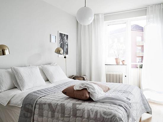 導語:當完成了一天繁忙得工作,拖著一顆疲憊的心走進家門,最渴望的是放松。那麼,你理想中的家是什麼樣子?説到底,最經典的居家空間元素,莫過于純色係,尤其是純白色調。簡單更深入人心,不論是明亮簡潔的視覺感受,或是典雅純粹的迷人質感,都能打出屬于家的溫暖。(來源:StyleMode中文網 作者:katrina ) 清爽明亮的採光 想像一下,在不用工作的美好周末,靜靜地坐在靠近窗邊的沙發上,任由窗外的和煦陽光輕輕地灑在自己身上,看著窗外的綠葉隨風搖曳,哪怕只是發發呆也好,都不想錯過這個可以好好放松的美好角落。