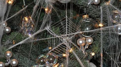 圣诞节时在圣诞树上挂蜘蛛网是当地的