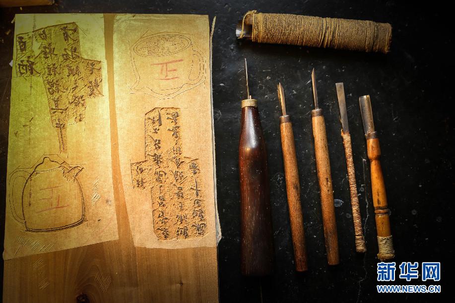 雕版师王东巧把她的刻刀排列在桌上,有五六种.新华网 严晓瑜 摄