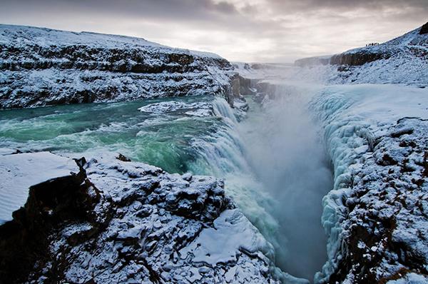犹如外星球般的奇妙风景、壮观的冰川和瀑布这场沿着1号公路的冬季自驾延续了整整一个星期1335公里,每天都让我大开眼界。   在雷克雅未克拿到车之后,我的第一个目的地便是市郊的蓝湖。有人说,拜访冰岛最陈词滥调的方式便是从这里开始,虽然听上去老套,但是仍然值得强烈推荐。原因很简单,就是方便它就在冰岛Keflavik国际机场附近。   蓝湖是一个会发光的大湖,颜色看起来就像夜晚的银河。大部分地方水都有1米多深,不管天气如何,在这儿洗个热水澡总是非常舒服的。眼见为实我到达的时候,尽管下着雪,但在蓝湖