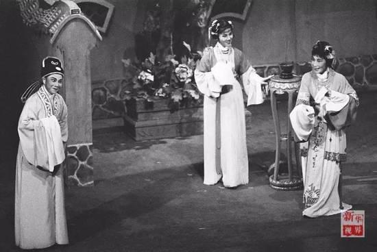 徐玉兰(左),袁雪芬(右),吕瑞英在越剧《西厢记》中表演.图片