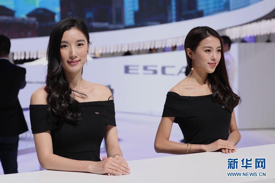图为2017上海国际车展凯迪拉克展台礼仪. 新华网严晓瑜 摄