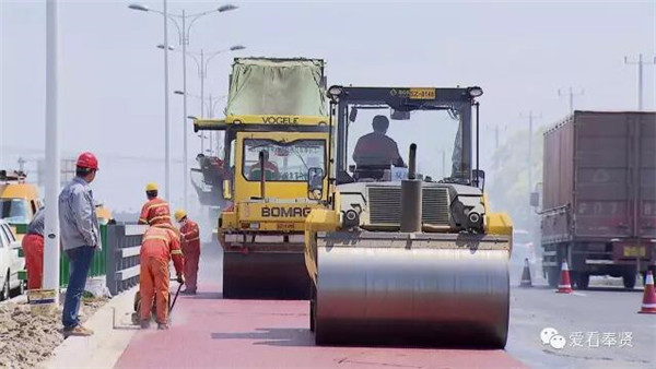 沪首条BRT最新进展:浦星公路开铺彩色沥青