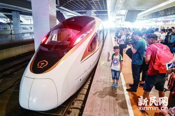 """""""尝鲜""""新一代中国标准高铁列车 """"复兴号"""":手机充电不愁啦!"""