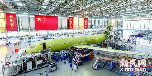 中国商用飞机有限责任公司总装制造中心浦东基地,于2009年12月28日在上海浦东新区祝桥镇开工奠基,是国内最大、最先进的民用飞机总装制造基地。浦东基地位于上海市浦东国际机场南侧,占地约4000亩,总建筑面积约115万平方米。未来,越来越多的国产飞机将从这里起航,并有望作为工业旅游项目对外开放,成为上海最东面的新地标。   2017年5月5日,我国拥有完全自主知识产权的商用干线客机C919在上海浦东机场第四跑道一跃而起冲上云霄,成功完成首飞任务,圆了国人期盼半个世纪的蓝天梦。   C919是在中国商飞