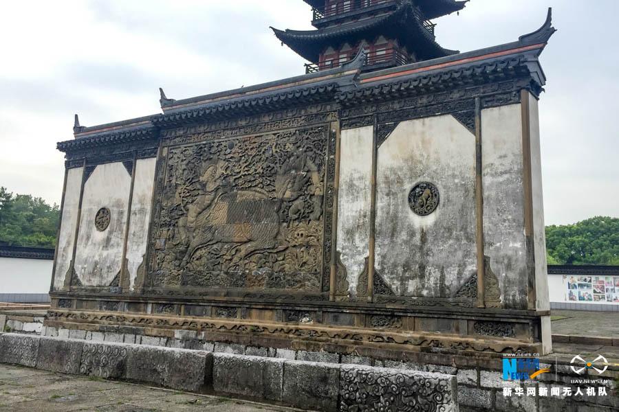 图为松江方塔园内的明代照壁,是上海最古老,保存得最为完好的大型砖雕
