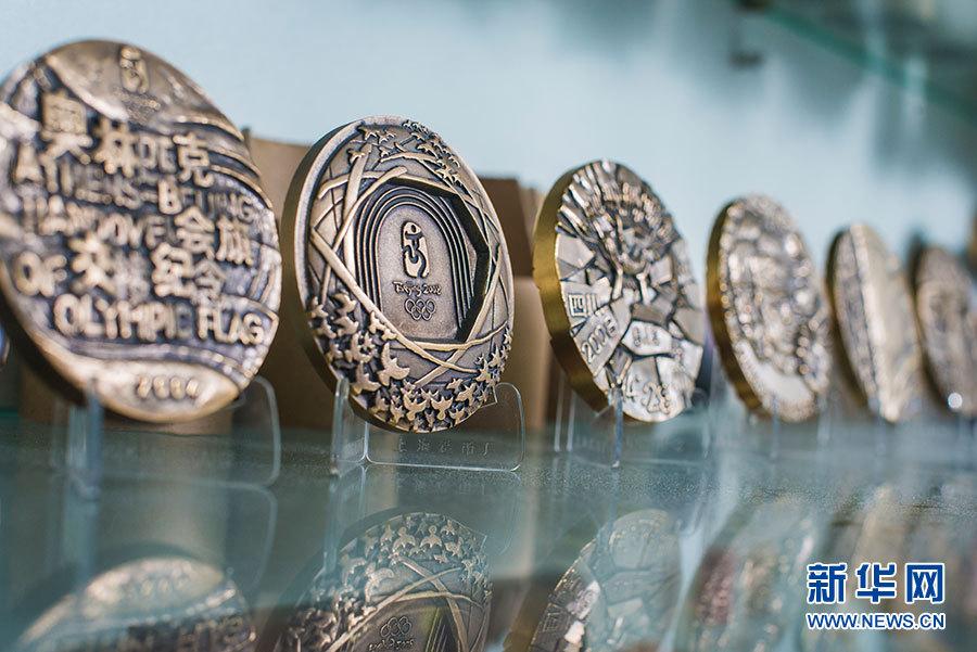 上海造币有限公司副总工艺美术师罗永辉仔细端详着他设计的保护大象纪念章。 新华网 吴恺 摄 新华网上海10月25日电(吴恺)匠字是由一个框和一个斤字组成的,意为在有规矩的框架里比一比斤两。这是上海造币有限公司副总工艺美术师、正高级工艺美术师罗永辉对工匠精神的理解。近日,上海成功申办第46届世界技能大赛,又逢人民币硬币发行60周年,新华网采访了上海造币有限公司副总工艺美术师罗永辉,他从事钱币设计40余年,从流通币、纪念币到钱币衍生品,从钱币设计初创、发展到走向辉煌,通过钱币