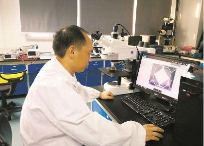 团队负责人丁桂甫介绍,在传统集成电路硅材料的微加工技术之上,通过