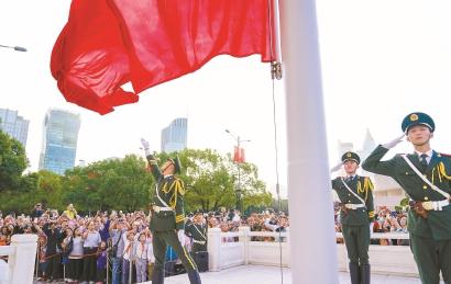 上海各处举行升旗仪式为祖国庆生图片