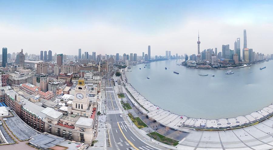 徜徉黄浦江畔,感受风从东来,聆听外滩钟声,而这钟声就是从位于上海市中山东一路13号的上海海关大楼传来的。 上海海关大楼最著名的莫过于它高耸的钟楼和大钟。钟楼分机芯房、铜钟座、旗杆台三层。机芯房是大钟的心脏部分,成百上千个齿轮互相咬合,直径超过12mm的钢丝绳代替了普通钟表中精细的钢丝。