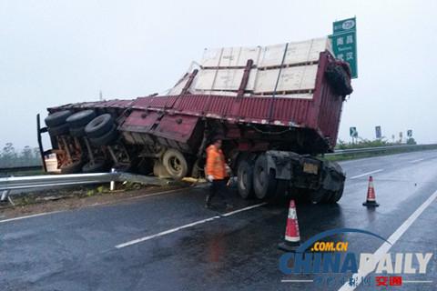 上海:下雨天气易生事故 高速公路雨天行车注意事项