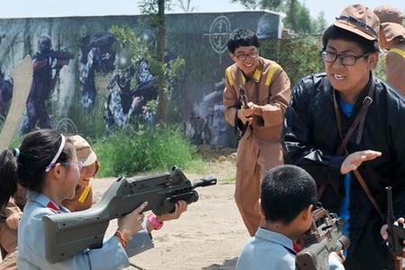 儿童抗战游戏 演员挨打表情痛苦