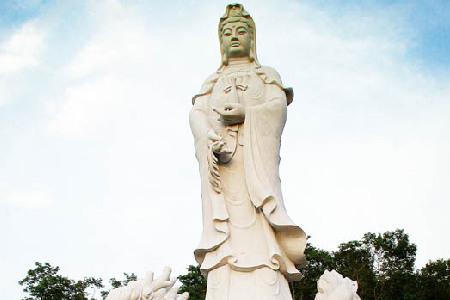 加拿大现17米高观音菩萨骑龙雕像