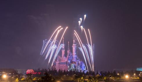 上海迪士尼乐园烟花秀测试:璀璨烟花点亮城堡