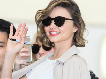 米兰达可儿大长腿赴机场 甜笑与粉丝合影图片